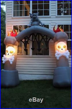 Gemmy 11ft Airblown Inflatable Light Up Halloween Archway Gargoyle Skulls Torche